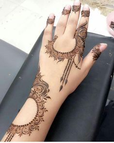 Image may contain: one or more people and closeup Henna Hand Designs, Mehndi Designs Finger, Latest Arabic Mehndi Designs, Stylish Mehndi Designs, Mehndi Designs For Girls, Mehndi Designs For Beginners, Mehndi Designs For Fingers, Mehndi Art Designs, Dulhan Mehndi Designs
