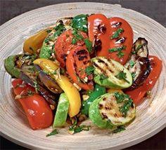 Салат из запеченных овощей  Ингредиенты:  помидоры-сливки – 4 шт. сладкий перец разных цветов – 3 шт. кабачки – 2 шт. чеснок – 2 зубчика баклажаны – 2 шт. оливковое масло – 60 мл  Для заправки:  оливковое масло – 60 мл щепотка сахара бальзамический уксус – 1 ст. л. соль, перец веточки петрушки – 3 шт. зубчик чеснока – 1 шт.  Приготовление:  Шаг 1 Все овощи вымыть. Баклажаны и кабачки нарезать по диагонали кружками толщиной примерно 1 см. Помидоры и перцы разрезать вдоль на 4 части. Из перцев…