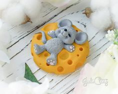На данном изображении может находиться: еда Polymer Clay Turtle, Cute Polymer Clay, Cute Clay, Polymer Clay Dolls, Polymer Clay Charms, Tom And Jerry Cake, Handmade Decorative Items, Christmas Cake Designs, Clay Bear