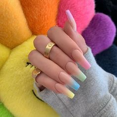Semi-permanent varnish, false nails, patches: which manicure to choose? - My Nails Aycrlic Nails, Swag Nails, Manicure, Gradient Nails, Ombre Nail Art, Acrylic Nails Coffin Ombre, Peach Nail Art, Colored Acrylic Nails, Square Acrylic Nails