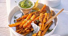 Frasiga sötpotatispommes för du enkelt i ugnen. Extra goda blir de om du serverar dem med en lagom het mojo verde.