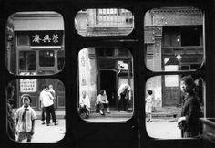 Marc Riboud. Pékin, 1965. Ces fenêtres s'ouvrent sur Liulichang, la rue des antiquaires. Dans ces boutiques, pendant la révolution culturelle, les Chinois devaient apporter leurs bijoux à l'Etat, sans contrepartie.