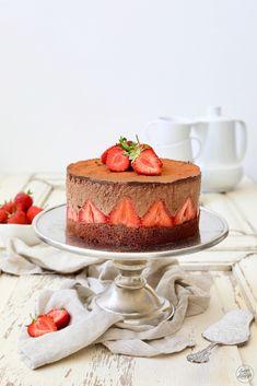 Schokomousse-Torte mit Erdbeeren Rezept - Leckere Schokomousse-Torte mit ganzen Erdbeeren. // strawberry chocolate mousse cake recipe // Sweets & Lifestyle® #schokomousse #torte #erdbeeren #schokomoussetortemiterdbeeren #rezept #schokomoussetorte #chocolatemoussecake #strawberrychocolatemoussecake #recipe #cake #sweetsandlifestyle