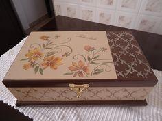 caixa maquiagem floral, pintura stencil, uma bandeja, divisórias próprias para maquiagem, fecho de metal, bem espaçosa.