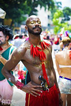 Carnaval do BoiTolo: de fantasia com cacho de pimenta, pistola de cherife e muita maquiagem dourada!