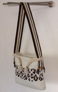 Discover thousands of images about Wayuu bag leopard Tapestry Bag, Tapestry Crochet, Womens Beach Bag, Homemade Bags, Crochet Bra, Leopard Bag, Produce Bags, Crochet Handbags, Beaded Bags