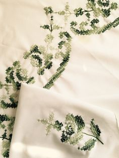sweet vintage St Patrick's day round tablecloth; green embroidery on white linen, country farmhouse style; yesteryears kitchen Irish décor
