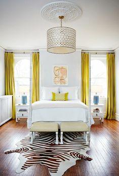 rideaux chambre adulte jaune moutarde et tapis peau de zèbre