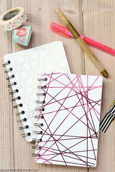 Tu creatividad al momento de recrear estos diseños debe de ser lo más importante. A mi en lo personal me divierte mucho forrar mis cuadernos, lo disfruto. Nota: sé que muchos de estos cuadernos a lo mejor ya vienen así en cuestión de diseño, pero con tan solo verlos, lo puedes recrear y no será … Diy Notebook Cover, Spiral Notebook Covers, Notebook Design, Journal Notebook, Notebook Ideas, Cute Journals, Cool Notebooks, Spiral Notebooks, Tan Solo