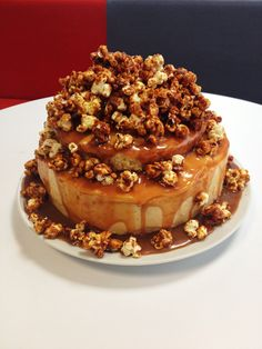 Salted butter caramel and popcorn tower cake - Pinterest made me do it! By Choux lala!  www.facebook.com/pateachoux Tiramisu, Frosting, Delicious Desserts, Caramel, Pudding, Cakes, Baking, Popcorn, Cake