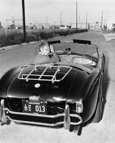 Steve McQueen à bord d'une magnifique AC COBRA 427 prêté par Monsieur Carroll Shelby en personne