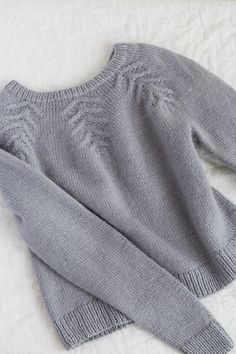 rime pullover by allison jane / in quince & co. crane, color quanah Source by quinceandco Pullover Sweater Knitting Patterns, Knitting Designs, Knit Patterns, Hand Knitting, Vogue Knitting, Knitting Tutorials, Loom Knitting, Stitch Patterns, Skirt Pattern Free
