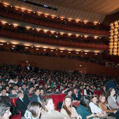 Teatro Arcimboldi stracolmo, tanti giovani presenti per #siamopacifici #nomafie
