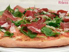 Pizza de jamón, rúcula y parmesano