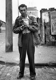 """rabolas: """"hauntedbystorytelling: """" Self-portrait of Robert Doisneau, 1949 in Villejuif, France / more [+] by this photographer """" Self-portrait of Robert Doisneau, 1949 in Villejuif, France. Robert Doisneau, Henri Cartier Bresson, Photographer Self Portrait, Robert Frank, French Photographers, Magnum Photos, Street Photography, Urban Photography, Color Photography"""