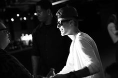 20h29 : Le chanteur Justin Bieber arrive http://www.vogue.fr/mode/en-vogue/diaporama/journal-de-la-fashion-week-printemps-ete-2014-a-new-york-jour-2/15102/image/822284#!le-journal-de-la-fashion-week-de-new-york-jour-2-justin-bieber-arrive