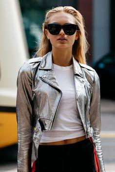 Fashion Week 2016, Milan Fashion Weeks, Model Street Style, Street Style Women, Silver Leather Jacket, Look 2018, Vogue, Victoria Secret Fashion Show, Street Style Looks