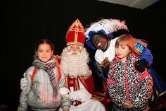 1 uur programma bestaat uit zingen, dansen, kinderen naar voren halen en aan het eind van de show cadeau's uitdelen. De cadeau's mogen op teken van de Pieten tegelijk geopend worden. Zo bouwen wij de spanning op. Wellicht heeft u Kokkie, Kookpiet in uw team of Schoonmaak Piet of Cadeau Piet.