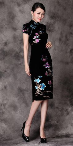 Elegant black velvet floral Chinese cheongsam dress ~ This dress is beautiful!Black and floral cheongsam. Need a higher heel, but I like the patent leather. Pg 81 Waitresses at…Old Shanghai styleNice if the hem was extended a little further Oriental Dress, Beauty And Fashion, Fashion Black, Trendy Fashion, Cheongsam Dress, China Fashion, Ao Dai, Traditional Dresses, Traditional Chinese