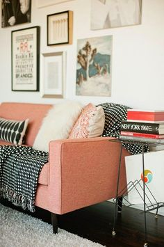 Moody's Home - Le petit canapé rose - Photo : Home Living Room, Living Spaces, Living Area, Pink Couch, Orange Couch, The Design Files, Home And Deco, Living Room Inspiration, Color Inspiration