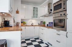 Dziś, decydując się na posadzkę w kuchni, nie musisz już wybierać między materiałami trwałymi a efektownymi. Znajdziesz wiele odpornych i wytrzymałych produktów na podłogę o wyjątkowych walorach estetycznych. Co wybrać na podłogę w kuchni: płytki, panele, a może drewno?