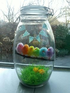 Rainbow of Easter chicks in a jar. Happy Easter, Easter Bunny, Easter Eggs, Easter Party, Easter Table, Spring Crafts, Holiday Crafts, Mason Jar Crafts, Mason Jars