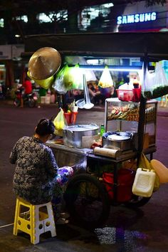 At a corner in #chinatown , #saigon #vietnam #streetfood #delicious #instapic #instadaily #instafood #food #foodlover #authentic #local #travelandeat #hochiminhcity #vendor