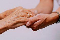 Como cuidar da pele de idosos? Cuidadores de idosos devem ficar atentos: faz parte do processo natural do envelhecimento o aumento da sensibilidade na pele. Por isso, é fundamental trabalhar a prevenção de lesões, como úlceras por pressão (escaras), dermatites e rachaduras na pele de idosos.