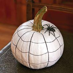 La toile d'araignée - 11 façons originales de décorer nos citrouilles Halloween Boo, Halloween 2020, Halloween Costumes, Halloween Activities, Painted Pumpkins, Party Time, Halloween Decorations, Snacks, Food