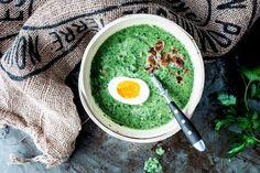 Eine heiße Cremesuppe mit Spinat ist super an kalten Tagen. Mit würzigem Bacon und gekochtem Ei wird sie richtig herzhaft. Probier mal unser Rezept.