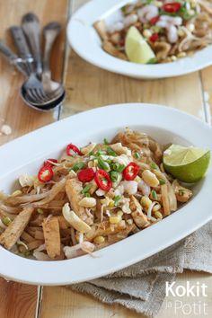 Pad Thai eli paistettu nuudeli on niitä ruokia, joilta Keski- ja Etelä-Thaimaassa matkatessa on vaikea välttyä; sitä on tarjolla joka pai...