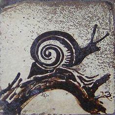 Carreau avec un escargot Ceramic Pottery, Ceramic Art, Snail Art, Stamp Printing, Sgraffito, Modern Ceramics, Art Graphique, Tile Art, Artist At Work