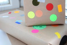 Simple y atractiva idea para envolver regalos con gomets