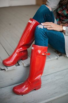 Are you a fan of Hunter boots? Check out this guide on How to Style Hunter boots multiple ways for the fall and winter seasons! Red Hunter Boots, Hunter Boots Outfit, Hunter Wellies, Red Boots, Man Hunter, Wellies Rain Boots, Red Wellies, Rainy Day Fashion, Winter Fashion