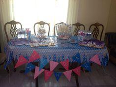 Mesa dulce en el Cumpleaños de Laura y Valentina, todo muy frozen! Elsa y Anna, banderines handmade, brochetas de chuches, galletas fondant, agua personalizadas