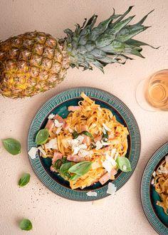 Havaiji-pizzan makuinen pasta on arkiruokaa parhaimmillaan. Ananas ja kinkku toimivat aina! Wine Recipes, Pineapple, Pizza, Fruit, Food, Pine Apple, Essen, Meals, Yemek