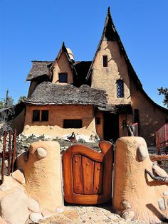 This would be a fabulous Storybook cob house Storybook Homes, Storybook Cottage, Witch Cottage, Witch House, Casa Dos Hobbits, Fairytale Cottage, Unusual Homes, Earth Homes, Beautiful Architecture