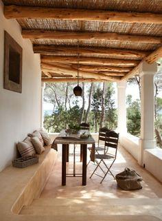 Terrassenüberdachung Mediterran innenhof naturstein mediterran stil überdachung metallstühle