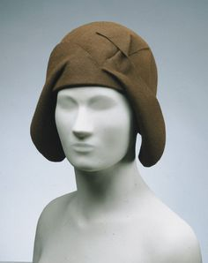 Wish I could see this Caroline Reboux hat in person. It looks like it was made from a giant capeline with the front brim folded up, cut into, folded down, twisted, etc. Hard to figure out just from a photo! Vintage Beauty, Vintage Fashion, Women's Fashion, Fashion Design, Suzy, Caroline Reboux, 1920s Hats, Flapper Hat, Philadelphia Museum Of Art