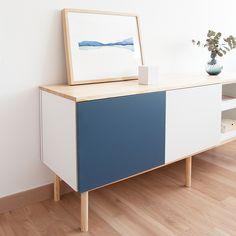Un práctico mueble de tv, formado por dos módulos con puertas abatibles, una en color azul indigo y el otro en color blanco, un módulo con balda y con la tapa de madera de pino natural lacada. Perfecto para almacenar todo aquello que necesites. Ideal para completar el mobiliario de tu salón. Estructura y patas acabadas con madera de pino. Azul Indigo, Rack Tv, Color Azul, Credenza, Storage, Furniture, Natural, Home Decor, Blue Shelves