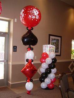Fiesta de casino, con decoraciones de globos de látex y metalizados.