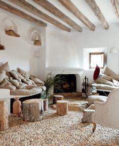 gemütliches-Wohnzimmer-moderne-Landhausmöbel-Sessel-Sofa-rustikale-Hocker-Stümpfe-Kamin-weiße-Wände