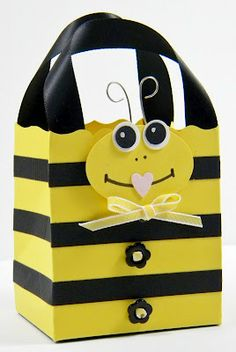 Punch Art Gift Bag - Bee - bjl, with printable instructions Craft Bags, Craft Gifts, Wrapping Gift, Punch Art Cards, Bee Party, Farm Party, Bee Theme, Favor Bags, Scrapbook Cards