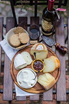Un tagliere di formaggi, crackers di farina di avena e i miei produttori di formaggio preferiti in Toscana: caprino, pecorino e vaccino, ce n'è per tutti...