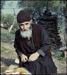Elder Paisios of Mount Athos was a monastic of Mount Athos. An ascetic, he was known by his visitors for his gentle manner and acceptance of those who came to receive his advice, counsel, and blessing. Miséricorde Divine, Orthodox Christianity, Orthodox Icons, Christian Faith, What Is Like, Priest, Catholic, Saints, God