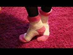 Making socks (Socks) to Crochet Part 1 - Bing video Crochet Round, Love Crochet, Double Crochet, Crochet Baby, Crochet Amigurumi, Crochet Slippers, Crochet Cardigan, Knitting Videos, Crochet Videos