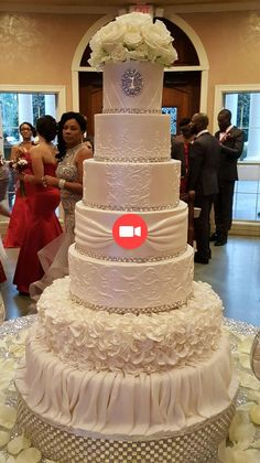 Elegant white cake at Chateau Polonez- Houston - tolle Torten und Kuchen - Happy Wedding Extravagant Wedding Cakes, Bling Wedding Cakes, Fancy Wedding Cakes, Luxury Wedding Cake, Wedding Cake Rustic, Wedding Cakes With Cupcakes, Beautiful Wedding Cakes, Gorgeous Cakes, Wedding Cake Designs
