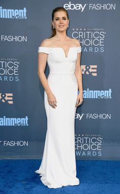 The red headed actress looked gorgeous in all white with an off-the-shoulder touch.
