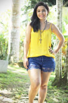 Resultado de imagem para blusa amarela com short jeans