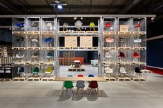 昨年までのスタイリッシュでVitra(ビトラ)の世界観を伝えるコーディネーションブースを一新し、今回は、輸送用のパレットを積み上げ、その上に製品を展示して倉庫のような開放的な空間を演出。